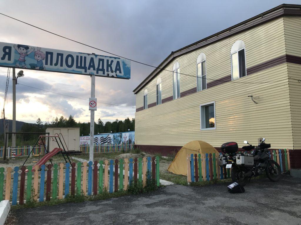 ロシアにあるカフェで野営