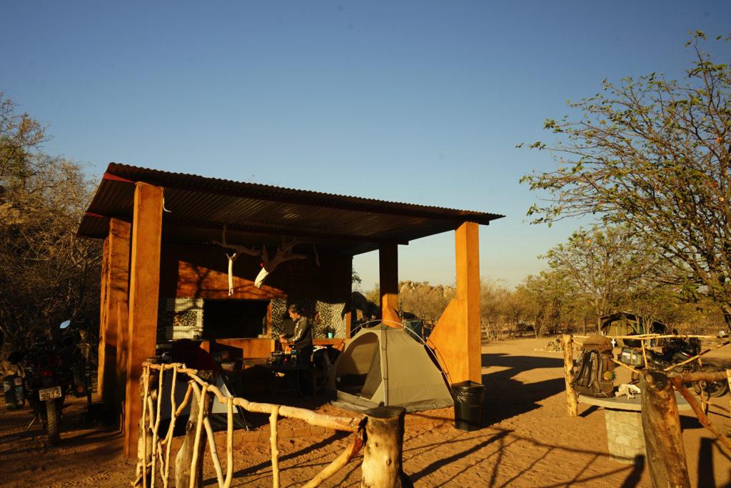 朝を迎えたキャンプ場