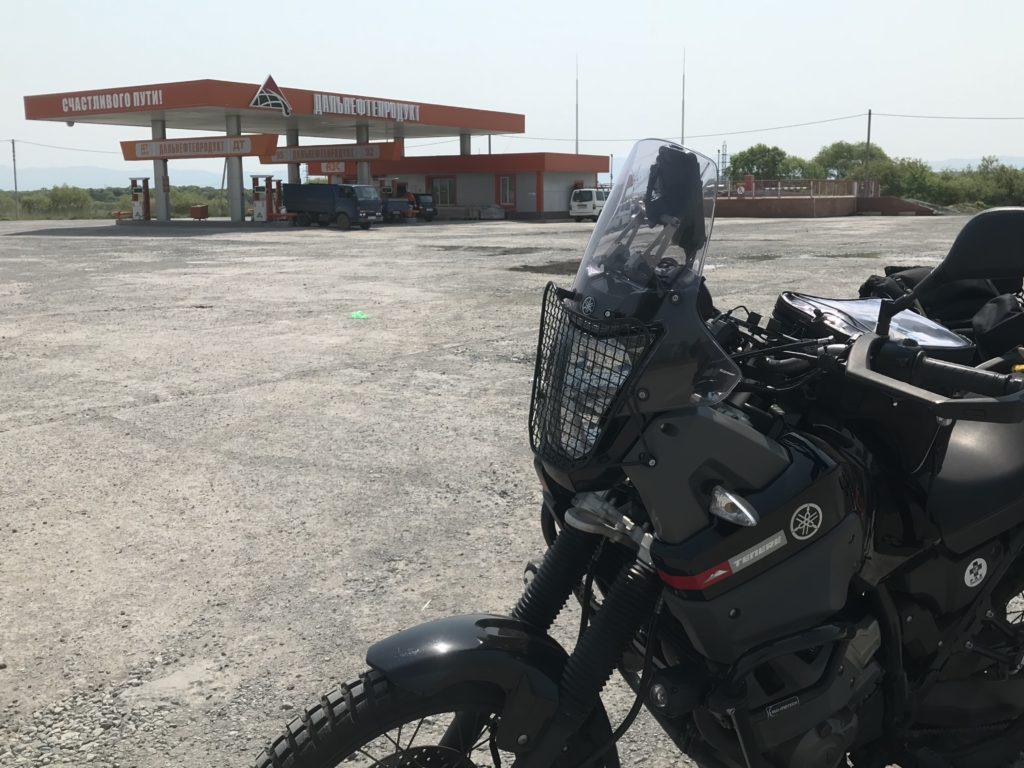 だだっ広いガソリンスタンド