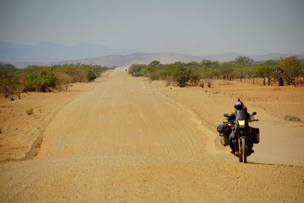 ナミブ砂漠へ続くロングダート