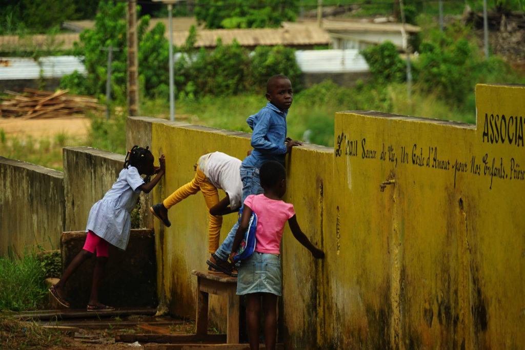 水場に集まる子供達