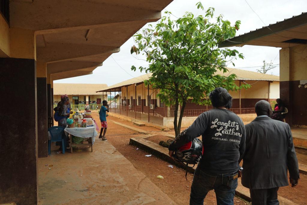 ガボンの小学校へ訪問