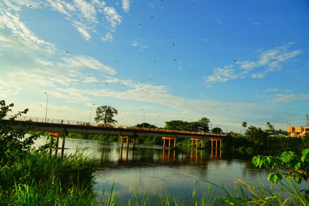 Mouilaの橋を渡る