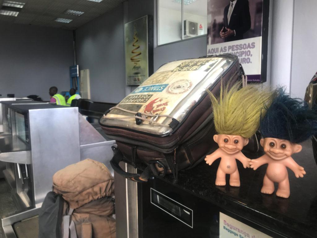 カビンダ空港のチェックインカウンター