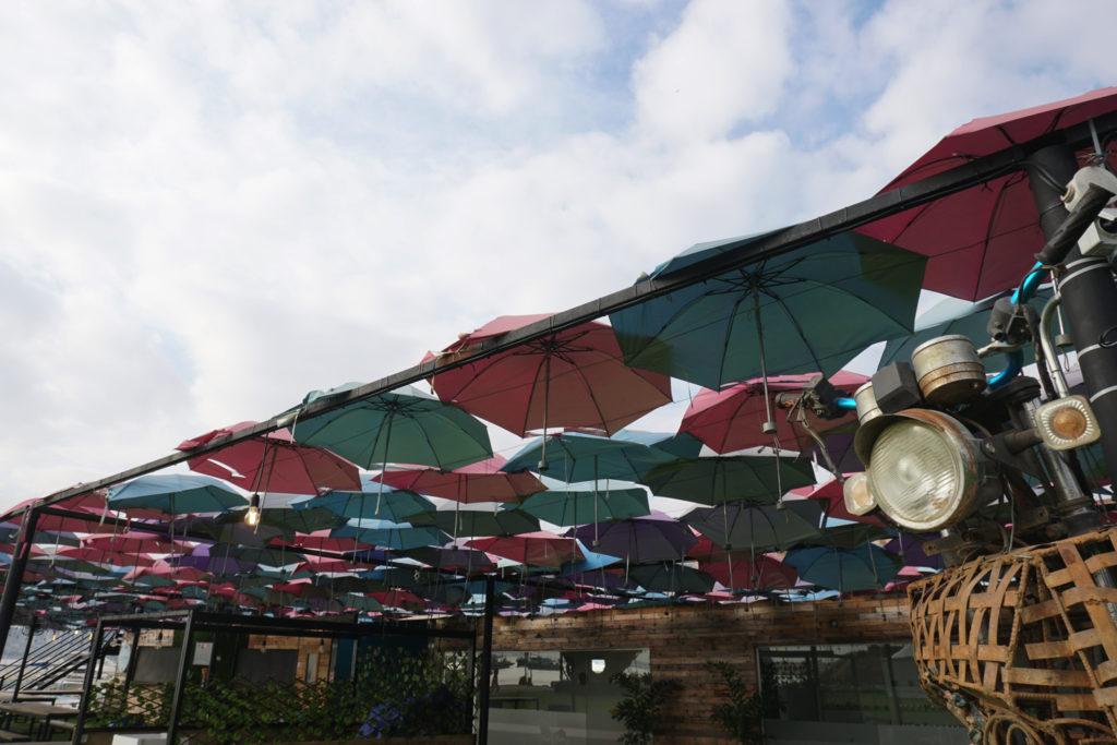カラフルな傘がたくさん