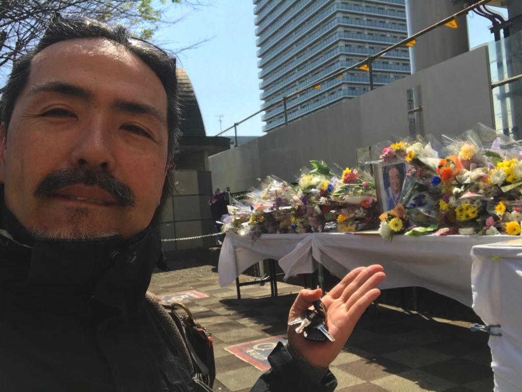 東村山駅前の志村さん献花台