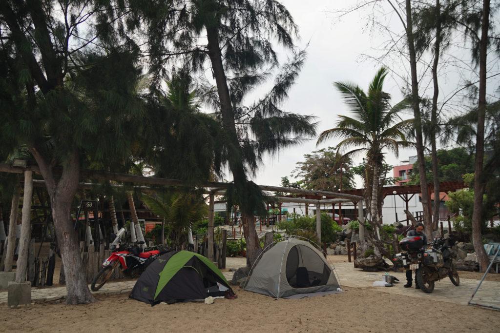ロビト湾の砂浜へ野営