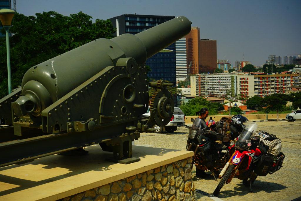 アンゴラで大砲が鎮座する