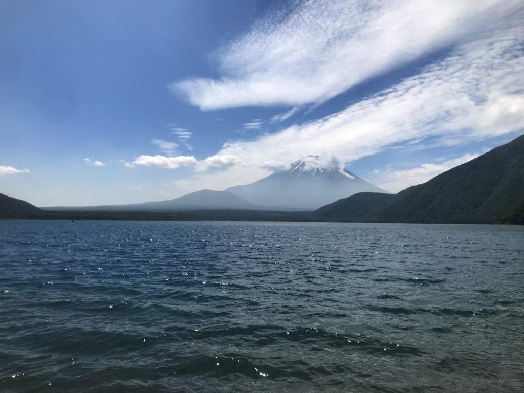 本栖湖から望む富士山