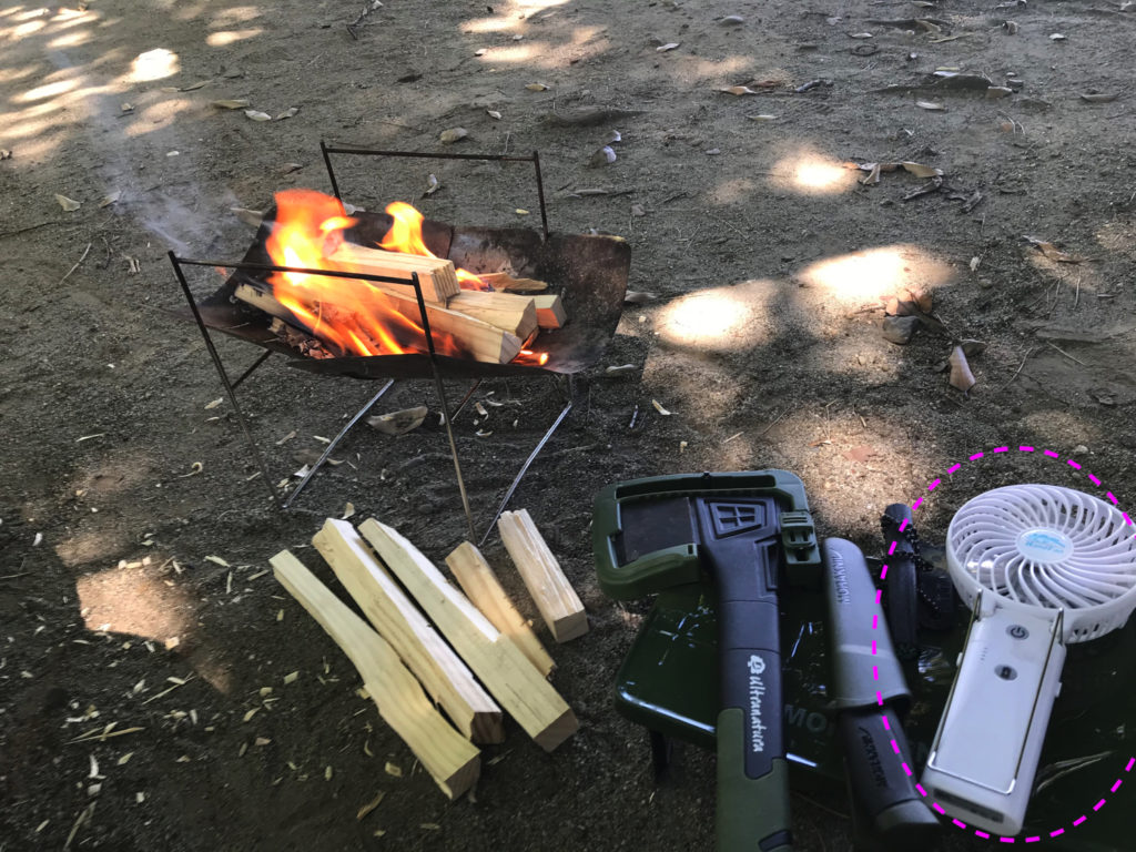 焚火とポータブル扇風機が相性抜群